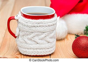 gros plan, tasse, thé, chandail, casquette, santa, tricoté, rouge chaud