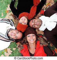 groupe, adultes, jeune, automne, sourire heureux