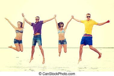 groupe, amis, couples, sauter, plage, ou