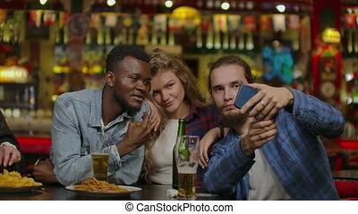 groupe, barre, confection, heureux, amis, ou, pub, bière, multiracial, toast