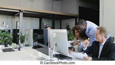 groupe, bureau fonctionnant, gens, discussion, moderne, businesspeople, ensemble, business, conversation, coworking, informatique, équipe