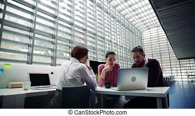 groupe, bureau fonctionnant, jeune, ensemble, businesspeople, parler.