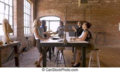 groupe, bureau, hommes, divers, séduisant, mains secouer, femmes