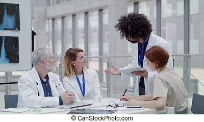 groupe, bureau, ordinateur portable, issues., médecins, discuter