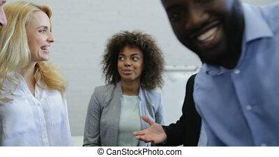groupe, bureau, professionnels, communication, moderne, deux, patron, projet, mélange, course, réunion, collègues, équipe, personne agee, discuter, sourire heureux