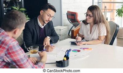 groupe, business, gens fonctionnement, bureau., ensemble
