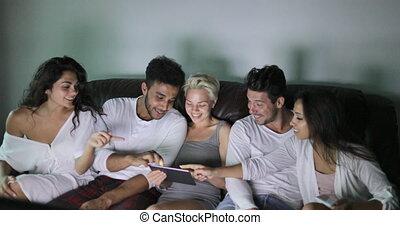 groupe, conversation, tablette, séance, tv, communication, gens, amis, jeune, divan, programme, utilisation, regarder, informatique