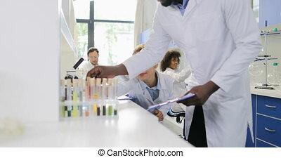 groupe, fonctionnement, sur, deux, discuter, chimistes, examiner, exemple, résultat, scientifiques, essai, laboratoire, recherche, tube