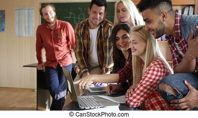 groupe, gens, étudiants, ordinateur portatif, utilisation, sourire, discuter