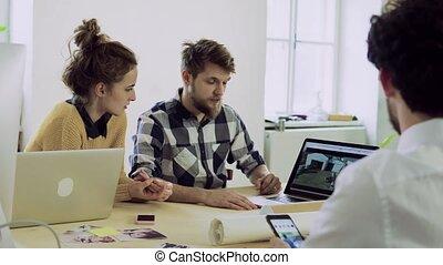 groupe, gens fonctionnement, bureau., jeune, ensemble