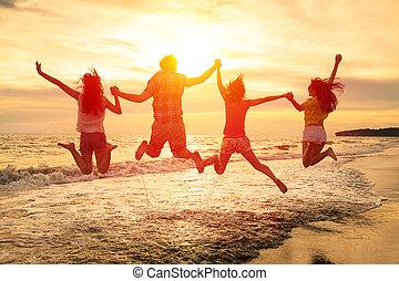 groupe, gens, jeune, sauter, plage, heureux