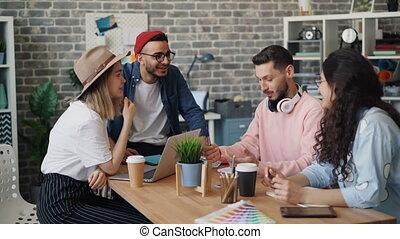 groupe, hommes affaires, conversation, rire, pendant, réunion, avoir, femmes