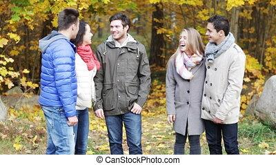 groupe, hommes, parc, automne, sourire, femmes
