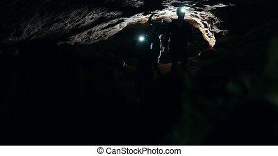 groupe, lampes poche, caverne, sombre, speleologists, promenades