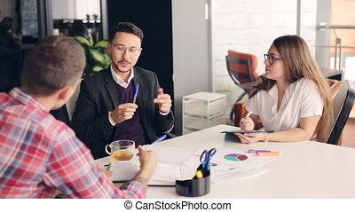 groupe, professionnels, bureau., brain-storming, heureux