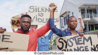 groupe, protesters, divers, crier, carton, tenue, bannières