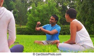 groupe, réunion, parc, classe, yoga, gens