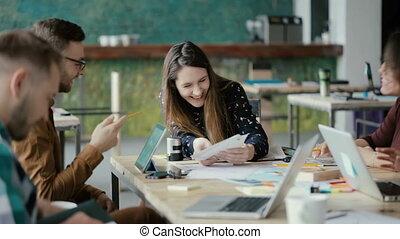 groupe, réunion, professionnels, bureau., start-up, moderne, jeune, créatif, rire., idées, course, équipe, mélangé, discuter