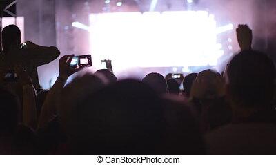 groupe rock, ventilateurs, centaines, exécuter, musique, devant