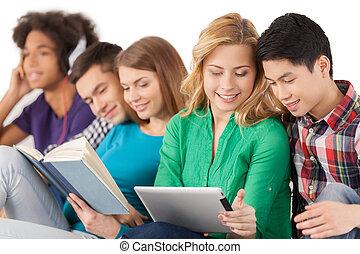 groupe, séance, étudiants, isolé, ensemble, insouciant, young., dépenser, quoique, multi-ethnique, temps, blanc