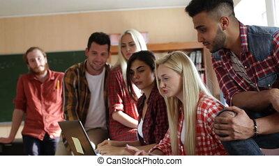 groupe, tablette, gens, étudiants, ordinateur portatif, utilisation, sourire