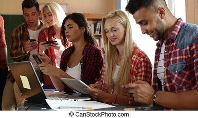 groupe, tablette, séance, étudiants, utilisation, gens, téléphone, informatique, bureau, sourire, discuter, intelligent