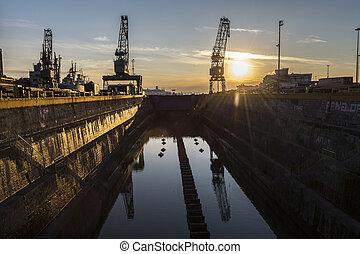 grues, coucher soleil, silhouettes, vieux, chantier naval