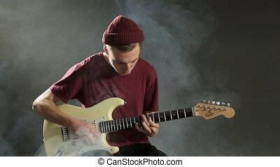 guitare, doué, musicien, sombre, studio, fumée, jouer