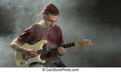 guitare, jeune, sombre, studio, fumée, type, jouer