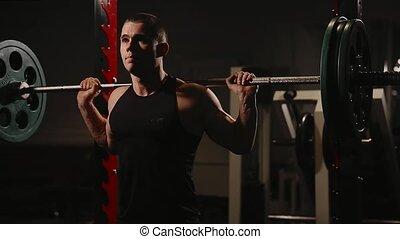 gymnase, exécuter, jeune, musculaire, squats., homme