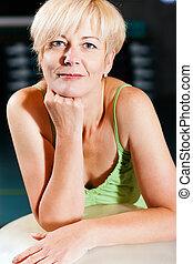 gymnase, personne âgée femme, balle, fitness
