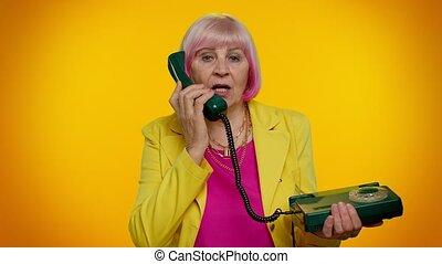 hé, me, conversation, câble, grand-maman, femme, élégant, personne agee, vendange, 80s, dit, appeler, dos, vous, téléphone