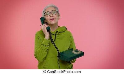 hé, me, gray-haired, câble, conversation, grand-maman, personne âgée femme, vendange, 80s, dit, appeler, dos, vous, téléphone