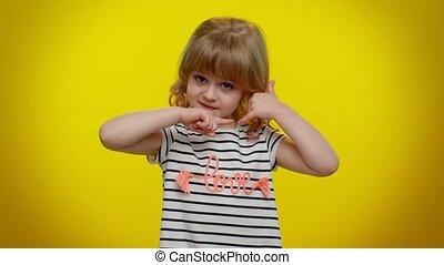 hé, téléphone, peu, aimer, me, mignon, girl, blond, regarder, geste, appareil photo, enfant, dit, appeler, dos, vous