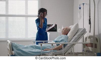 hôpital, cardiologue, discussion, traitement, femme, après, vieux, blanc, mensonge, docteur., plan, 60-70, neurologist., personnes agées, lit, années, récupération, noir, rééducation, parler homme