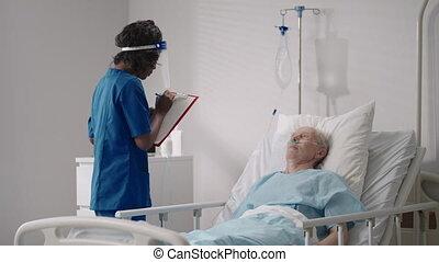hôpital, cardiologue, patient, stratégie, traitement, femme, après, vieux, docteur, discuter, mensonge, recovery., lit, discute, infectieux, noir, rééducation, maladie, neurologue, parler homme