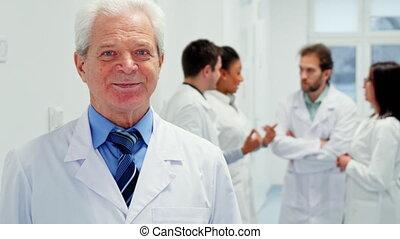 hôpital, poses, mâle, personne agee, docteur