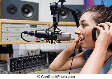 hôte, radio, parler, jeune
