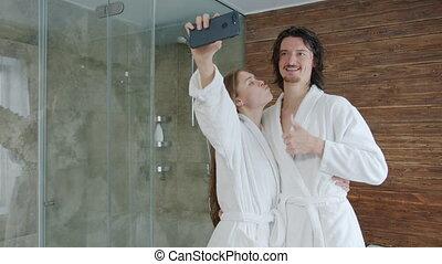 hôtel, selfie, utilisation, fille femme, type, prendre, moderne, smartphone, peignoirs, ensemble