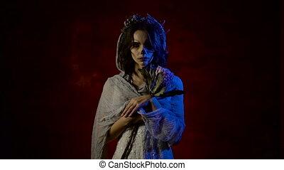 halloween, mort, triste, fin, girl, debout, elle, face., jeune, créatif, flowers., maquillage, couvert, rouges, fantôme, tête, femme, fond foncé, voile, dévisager, fantôme, salle, crâne, haut, figure, mariée, appareil-photo., avoir