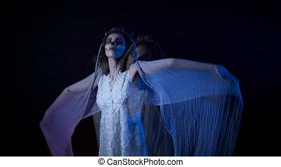 halloween, poltergeist, girl, robe, fantôme, elle, jeune, arrière-plan., derrière, noir, maquillage, mystérieux, blanc, debout, femme, horreur, en mouvement, mariage, voile, hands., contre, mariée