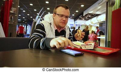 hamburger, smartphone, manger, homme, utilisation