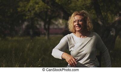 handicapé, dehors, concept., frisbee., maman, prores, jouer, mère, famille, nature., gosses, les, footage., lancement, 422, modifié tonalité, fauteuil roulant