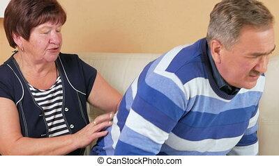 haut, back., inférieur, sien, douleur, obtenir, devient, là, dos, divan, massages, pas, tries, ainsi, mari, épouse, il, dièse, vieilli, douloureux, homme
