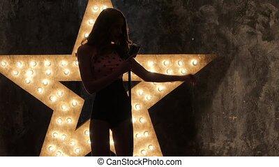 haut., chanteur, femme, étoile, silhouette, mouvement, arrière-plan., lent, sexy, fin, briller, microphone