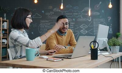 haut-cinq, bureau, girl, fonctionnement, arabe, caucasien, conversation, type, ensemble