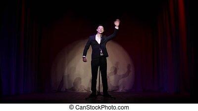 haut, complet, plaisanteries, debout, homme, stand, parler, comédien, stage., micropphone