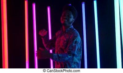 haut., danse, sourire, portrait, africaine, lent, jeune, heureusement, fin, élégant, motion., mâle, américain, sings.