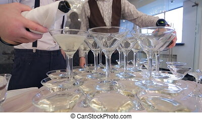 haut, deux, sommeliers, préparation, verser, mariage, fin, champagne, gobelets