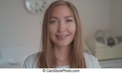 haut fin, dent, sourire, clinique, portrait, braces., femme, dentaire, regarder, heureux, fond, sourires, jeune, bureau, bretelles, appareil-photo.